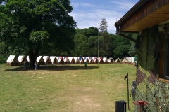 Pohled do tábora z terasy